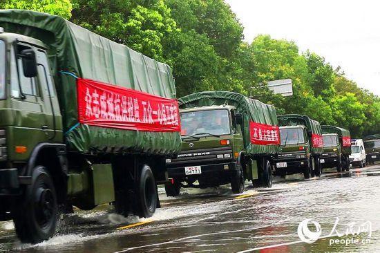 湖北长湖水位连续超保 武警官兵紧急护堤【3】