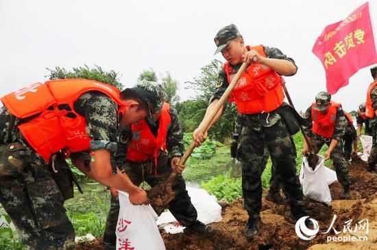 湖北长湖水位连续超保 武警官兵紧急护堤【6】