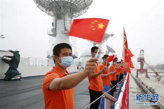 7月13日,远望6号船驶离中国卫星海上测控部码头,船员挥手道别。新华社发(倪栋梁 摄)