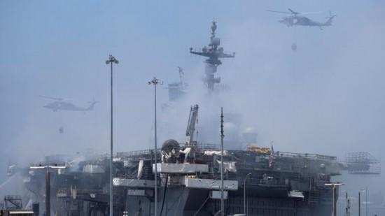 美国准航母大火第四天 消防员仍在进行灭火工作