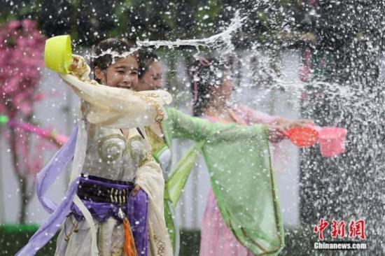「伏天」の期間中に水を撒いて幸せを祈る人々(資料写真/撮影・泱波)。