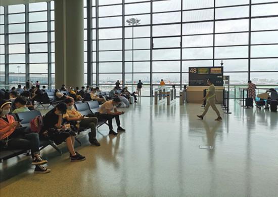 虹橋国際空港で搭乗待ちの旅客(撮影・陳少穎)。