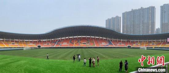 图为大连体育中心体育场内一景。 邓涵竹 摄