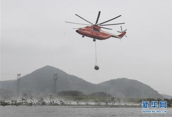 湖北阳新:直升机空投网兜石块封堵富河溃口