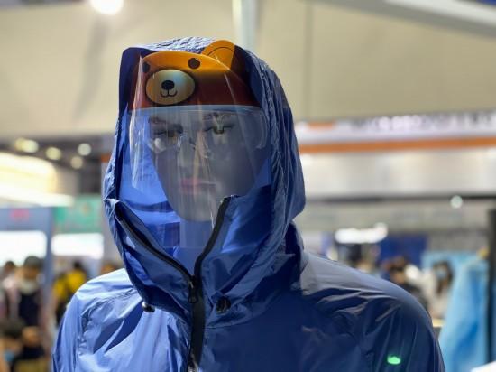 展示会で展示されたクマがデザインされている防護服を着たマネキン(撮影・俞凱)。