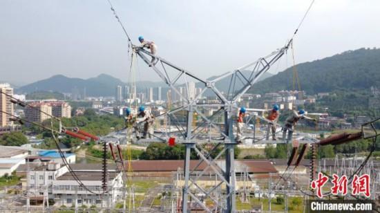 高温下的电力劳动者:平均每天高空作业3个多小时