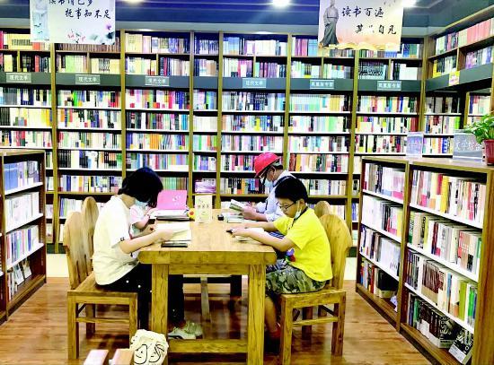 """暑期来临淮安市淮安区不少学生前往书店""""打卡"""""""