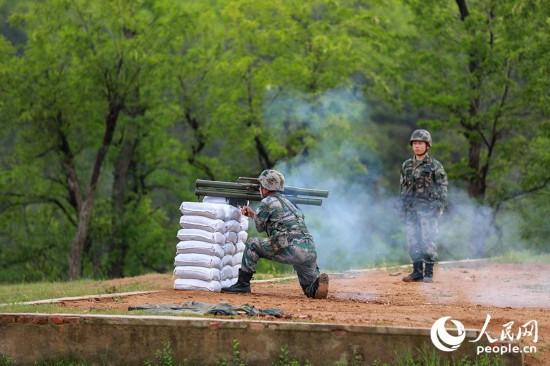 官兵进行射击安全监督