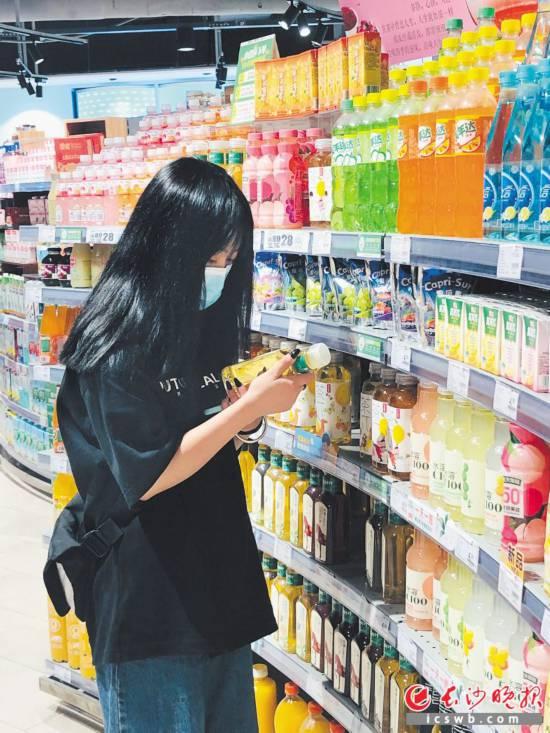 图为消费者在选购无糖饮料。   长沙晚报全媒体记者 周辉霞 摄