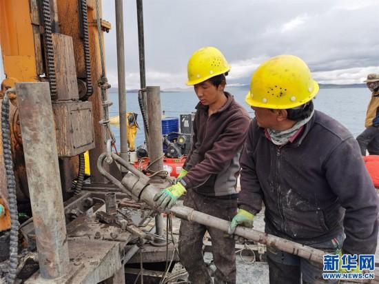 (图文互动)(1)我国首次在西藏高原成功钻取百米湖芯