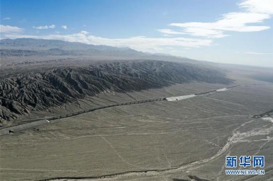 (经济)(8)格库铁路全线铺通 新疆青海两段铁路顺利接轨