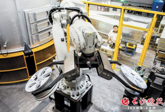 长沙戴湘汽配新投产了旋压设备,大大提高了生产效率。