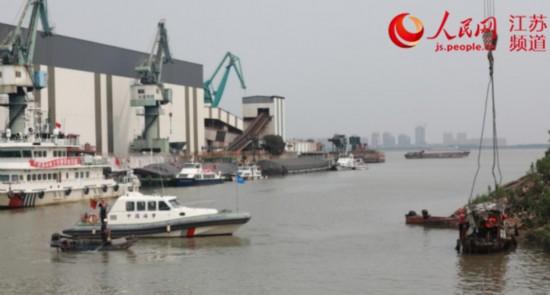 """图为""""三无""""船舶清理现场。江阴海事局供图"""