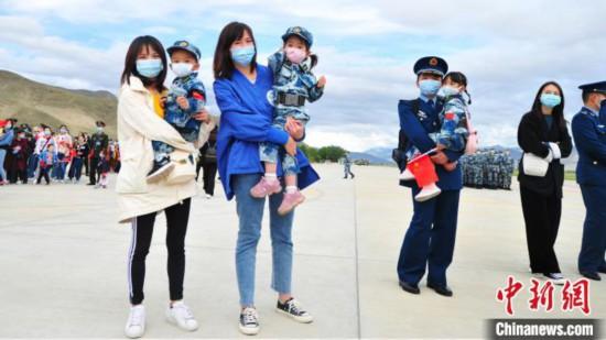 驻藏空军在拉萨举办第三届军营开放日飞行训练展示受追捧