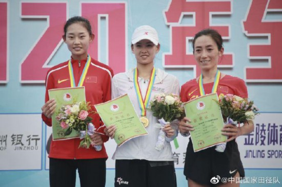 女子20公里比赛前三名合影。图片来源:中国田径国家队