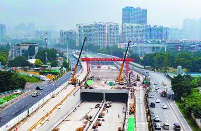 揚子江大道快速化改造工程漢中門隧道封頂