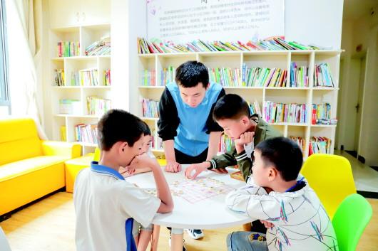 """獨山望城社區移民安置區""""四點半學校"""",孩子們正在下中國象棋。"""
