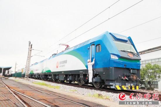 7月29日,全球最大功率神24电力机车在株洲下线。长沙晚报通讯员 何丽丽 摄