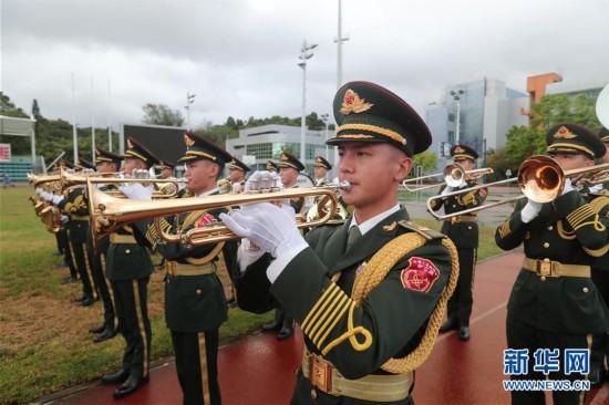 """(图文互动)(3)解放军驻港部队举行""""八一""""升国旗仪式"""