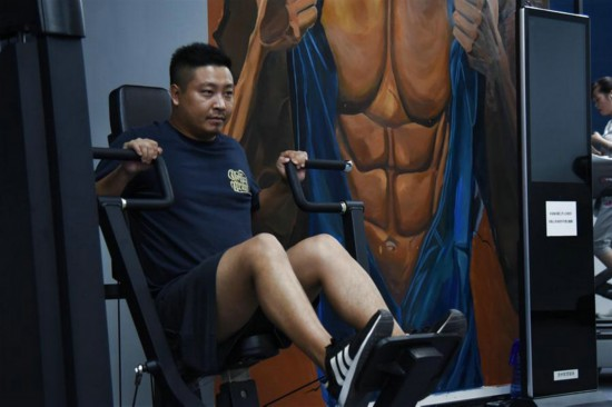 貴陽市の団地・小石城磐城のスマートトレーニングジムで体を鍛える男性(2020年7月23日、撮影・鄭明鴻)。
