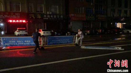市区道路护栏被吹倒。 乐清市应急管理局供图 摄