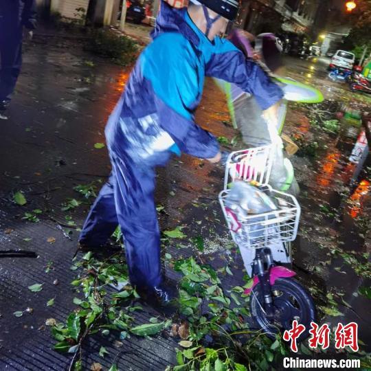 """台风""""黑格比""""在浙江乐清登陆中心附近最大风力13级"""