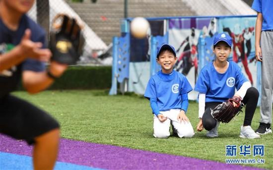 (体育)(11)全民健身――夏日里的棒球少年
