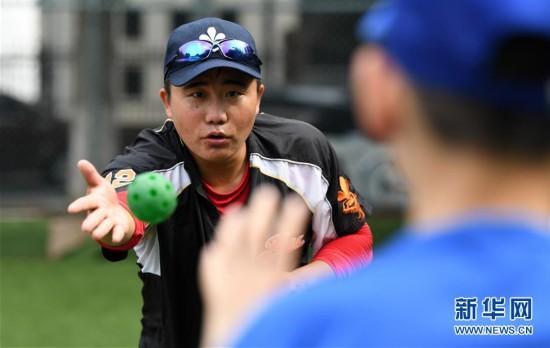 (体育)(2)全民健身――夏日里的棒球少年