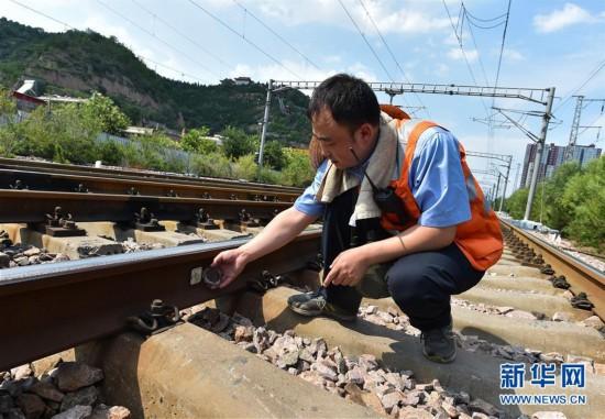 """(社会)(4)""""火焰山""""上的铁路巡热青年"""