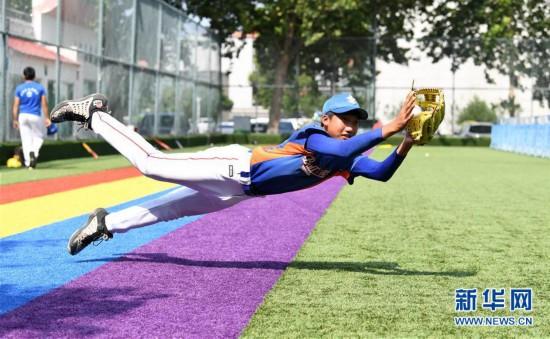 (体育)(4)全民健身――夏日里的棒球少年
