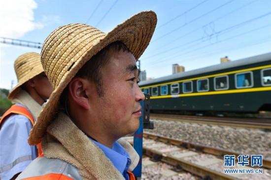 """(社会)(1)""""火焰山""""上的铁路巡热青年"""