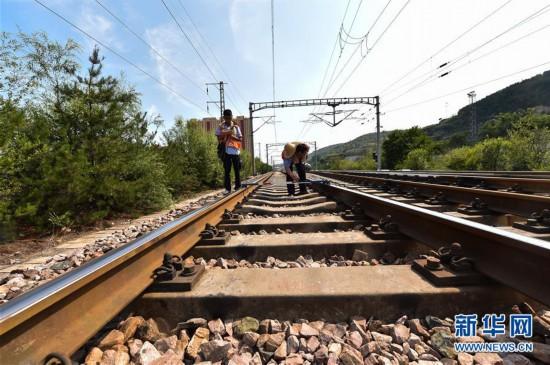 """(社会)(3)""""火焰山""""上的铁路巡热青年"""