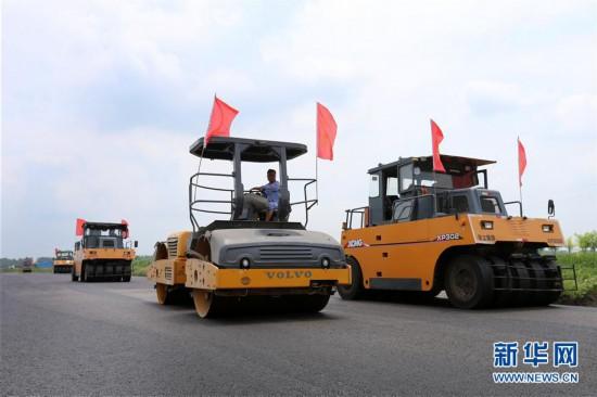 #(社会)(4)安徽淮北:修路工人坚守岗位施工忙
