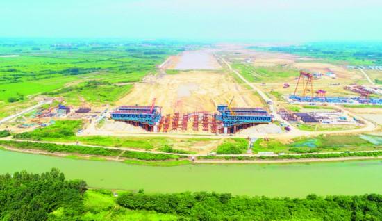 引江济淮工程淠河总干渠钢渡槽边跨全部合龙。
