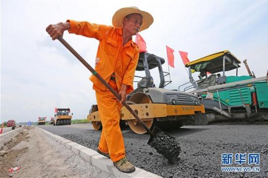 #(社会)(1)安徽淮北:修路工人坚守岗位施工忙
