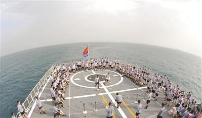 亚丁湾上的甲板运动会