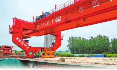 郑许市域铁路郑州段工程首孔箱梁成功架设