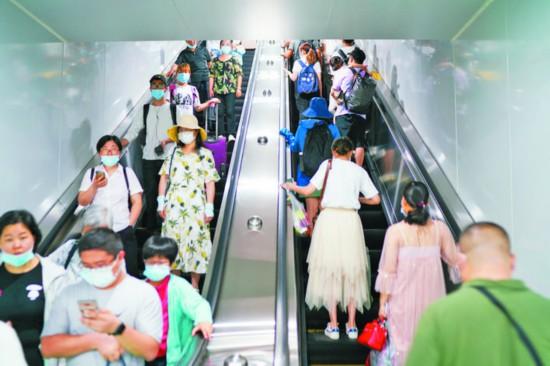 8月5日,  地铁站里的市民。
