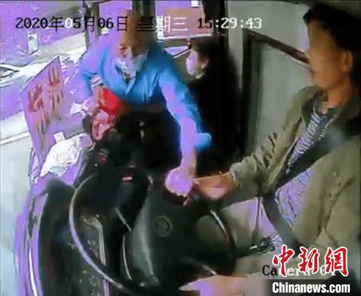 62岁老人抢客车司机方向盘涉危害公共安全罪被起诉