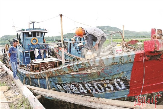 休漁期忙修船