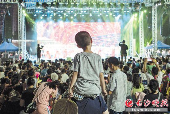 """戏出""""往""""外  周末的傍晚,滨江文化园的露天舞台上,本地剧团的免费演出精彩纷呈,市民和游客在习习凉风中享受文化大餐。"""
