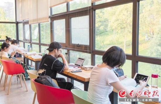 赏心悦目  圭塘河畔和加共享图书馆里,市民们正在清凉环境里读书学习。 均为长沙晚报全媒体记者 邹麟 李锋摄影报道