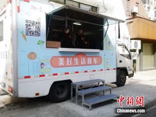 虹橋街道(エリア)では、東と西のエリアにそれぞれ調理ロボットが搭載されたキッチンカー2台を投入。コールドチェーン配送や現場での調理を通して、各車1日当たり500‐800人分の食事を提供している。画像は上海市政府新聞弁公室が提供。