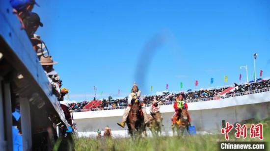 西藏羌塘草原赛马会上的马儿与少年