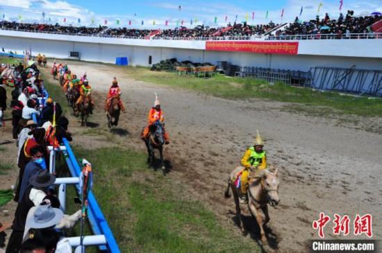 图为少年骑手骑乘没有马鞍的赛马,靠双脚夹住马驰骋在跑道上。 张伟 摄
