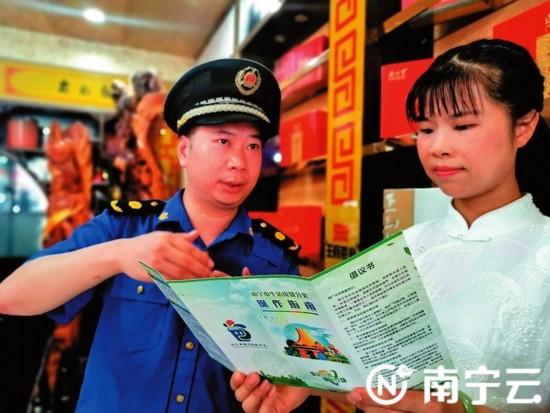 """南宁:画黄白线规范经营 让城中村""""颜值""""大提升!"""