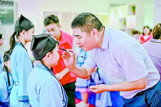 盐都开展主题教育活动 孩子们着汉服拜师长