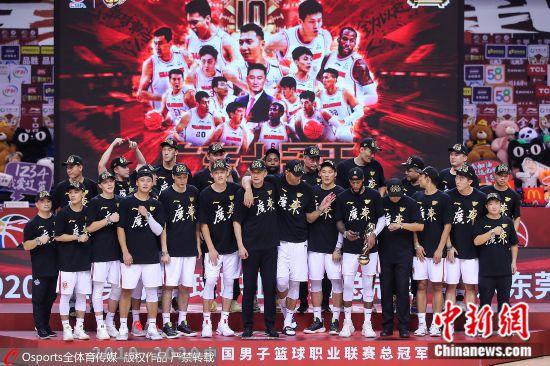 易建联带伤参加颁奖仪式。图片来源:Osports全体育图片社