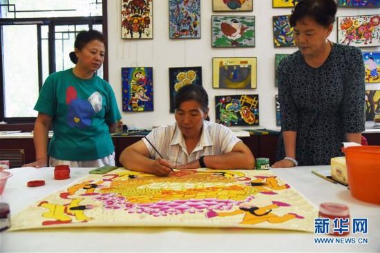 (走向我们的小康生活・图文互动)(1)放下锄头拿画笔――山东青州农民画绘出美好新生活