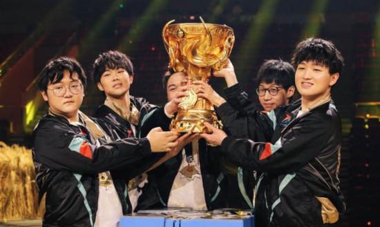 TS队员捧起2020王者荣耀世界冠军杯。供图。